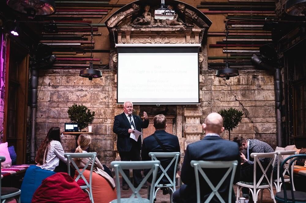 A képen Dr. Bándi Gyula a jövő nemzedékek szószólója látható előadás közben.