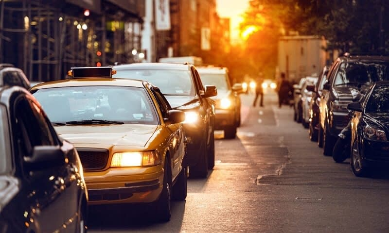 A képen városi közlekedés látható
