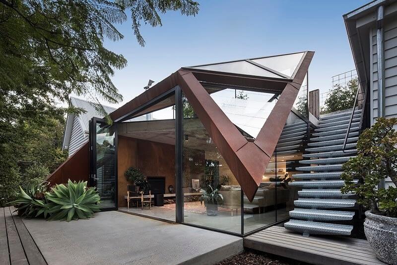 A képen egy modern építésű ház látható